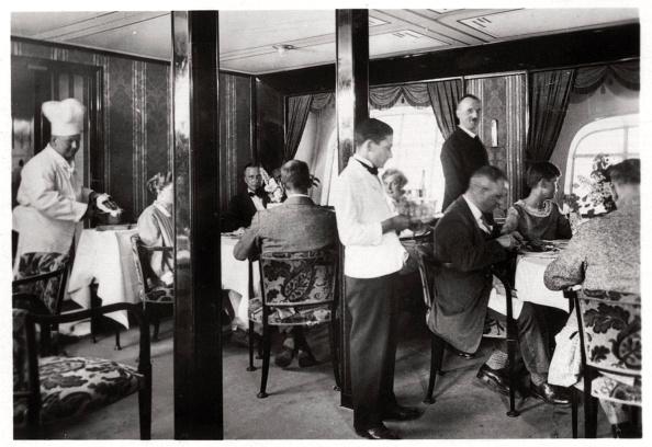 Passenger Cabin「Passengers' dining room, Zeppelin LZ 127 'Graf Zeppelin', 1933.」:写真・画像(16)[壁紙.com]