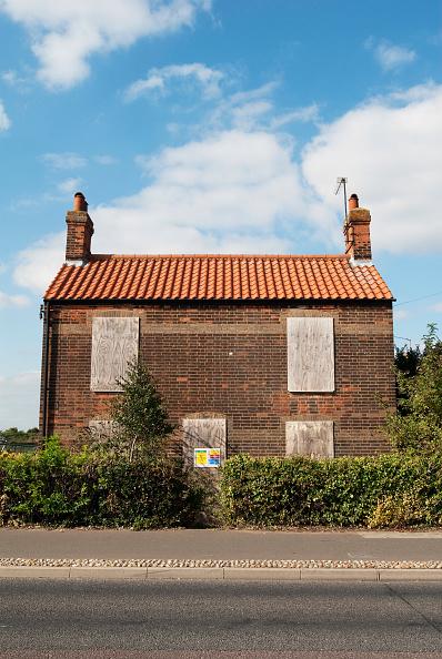 King's Lynn「Derelict Victorian cottage to be demolished, Kings Lynn, Norfolk, UK」:写真・画像(1)[壁紙.com]