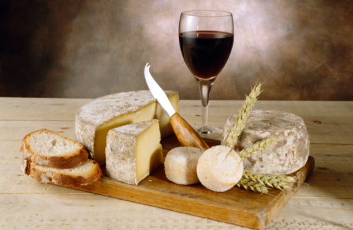 Nouvelle-Aquitaine「Wine with cheeses and breads on cutting board」:スマホ壁紙(0)