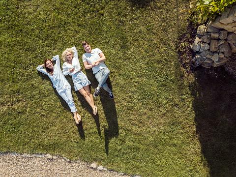 若い女性「Friends relaxing on the grass in summer」:スマホ壁紙(10)