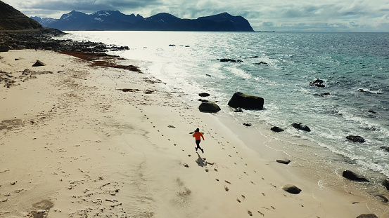 大人「空中ドローンビュー:ロフォーテン諸島で走っている男」:スマホ壁紙(12)