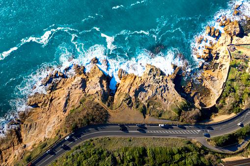 環境「イタリア、トスカーナの海岸沿い道路の無人空撮」:スマホ壁紙(9)