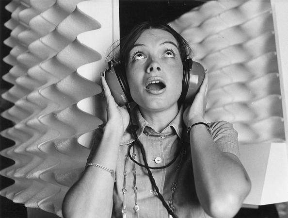 Listening「Ear Defenders」:写真・画像(0)[壁紙.com]