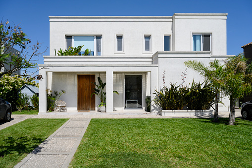 Front Door「Modern two-story home and front yard in Buenos Aires」:スマホ壁紙(3)