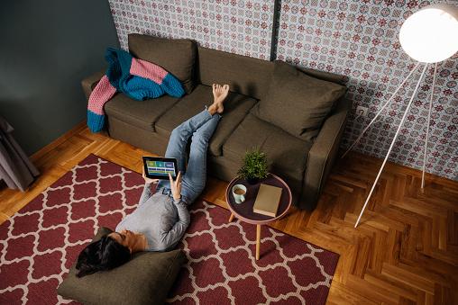 女性のみ「ホーム オートメーション アプリを使って女性」:スマホ壁紙(17)