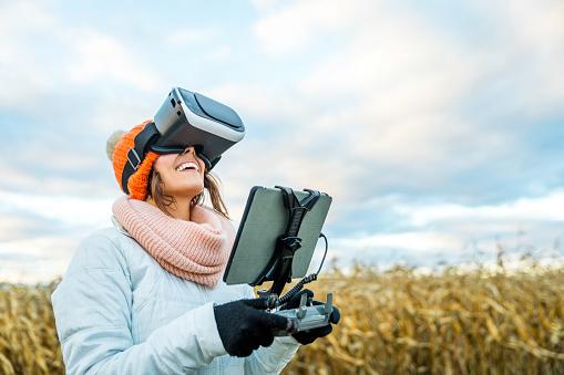 若い女性「女性パイロットを使用して無人リモート コント ローラー タブレットをマウントし、仮想現実とゴーグルします。」:スマホ壁紙(7)