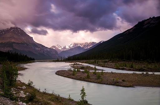 サンワプタ川「Cloudy summer day along the Sunwapta River, Jasper National Park」:スマホ壁紙(0)