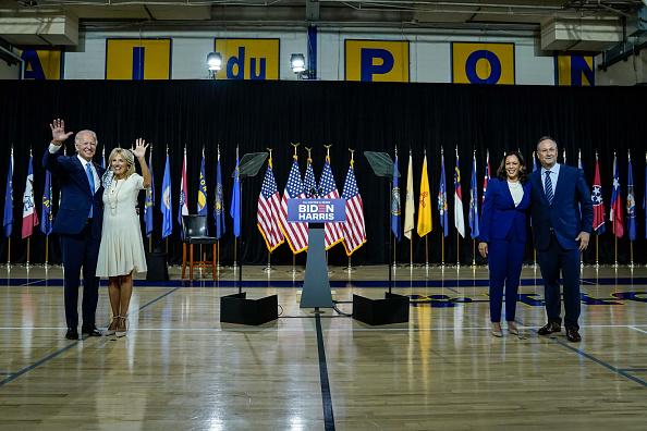 Standing「Joe Biden and Running Mate Kamala Harris Deliver Remarks In Delaware」:写真・画像(13)[壁紙.com]