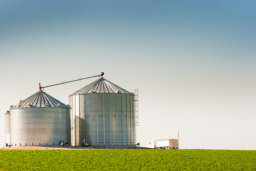 Agricultural Building「Grain Silo Bins and Truck in Farm Field Agricultural Landscape」:スマホ壁紙(3)