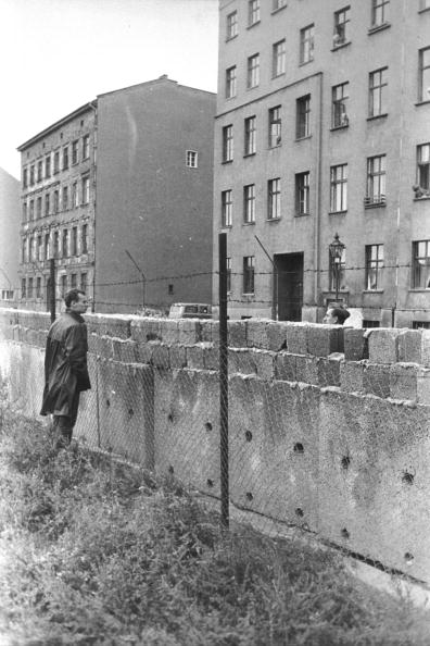 Construction Industry「Men Looking Over Berlin Wall」:写真・画像(9)[壁紙.com]