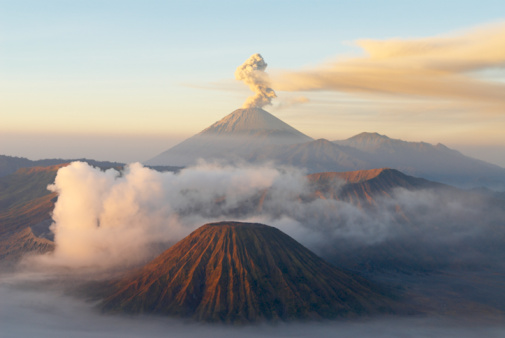 Active Volcano「Indonesia, Java island, Bromo (2392m) and Semeru (3676m) volcanoes, elevated view」:スマホ壁紙(10)