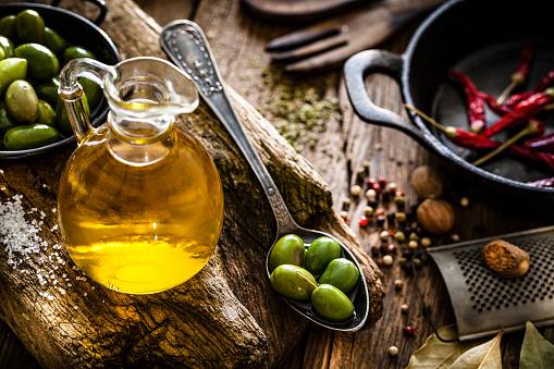Pepper - Seasoning「Olive oil bottle and green olives shot on rustic wooden table」:スマホ壁紙(16)