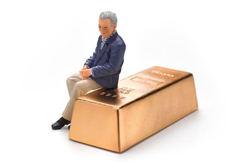 Adult「Wedding Figurine Retired Man sitting on gold bar」:スマホ壁紙(6)