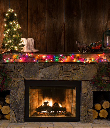 Mantelpiece「Western fireplace w/Christmas decor-fire,boots,lighted tree,sleigh,lantern」:スマホ壁紙(19)