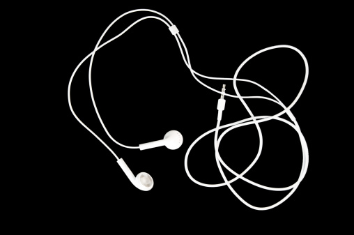 Cable「White Earbuds on Black」:スマホ壁紙(1)