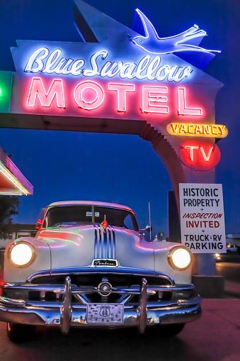 Motel「Old-fashioned car in motel parking lot at night」:スマホ壁紙(0)