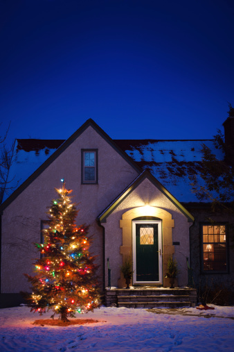 Stucco「Old-fashioned House with Decorated Christmas Tree Lights in Snowy Yard」:スマホ壁紙(11)