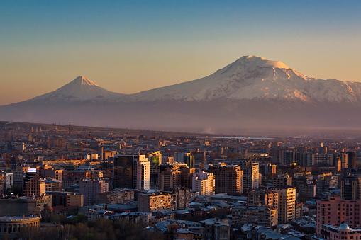コーカサス山脈「アララト山の前のアルメニアの首都エレバン」:スマホ壁紙(9)