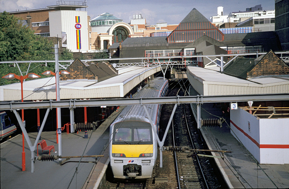 Emu「A Class 321 EMU with a Greater London urban service stands at a station with typical urban suroundings」:写真・画像(8)[壁紙.com]