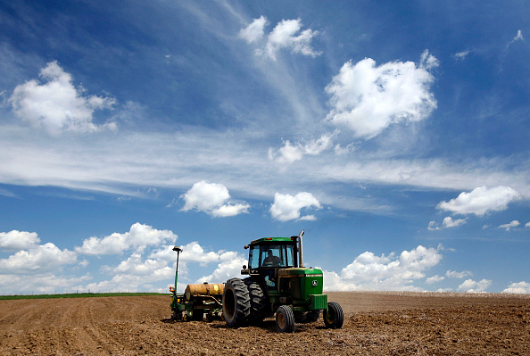 Tractor「Farmers Plant Corn To Take Advantage Of Prices Driven Up By Ethanol」:写真・画像(0)[壁紙.com]