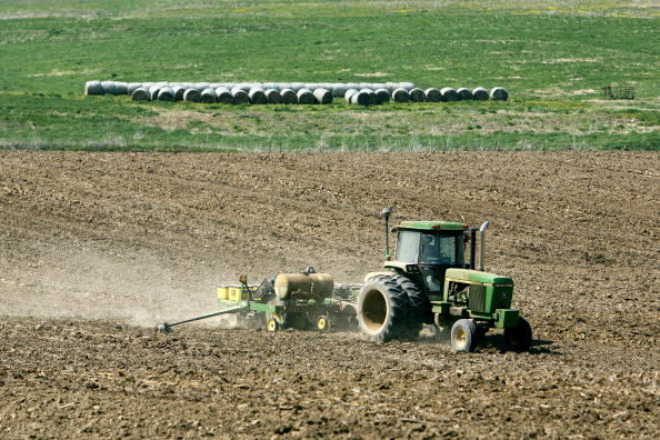 Tractor「Farmers Plant Corn To Take Advantage Of Prices Driven Up By Ethanol」:写真・画像(1)[壁紙.com]