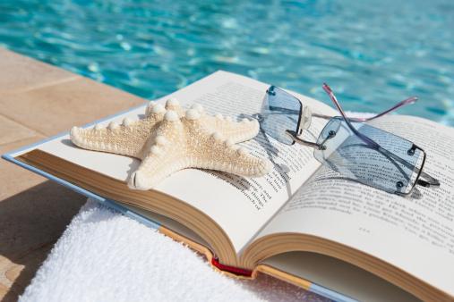 背景「Book and sunglasses by swimming pool」:スマホ壁紙(3)