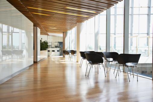 フローリング「近代的なオフィスの廊下」:スマホ壁紙(2)