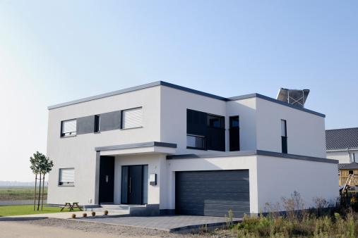 斜めから見た図「モダンで豪華なホワイトのハウスを駐車場」:スマホ壁紙(18)