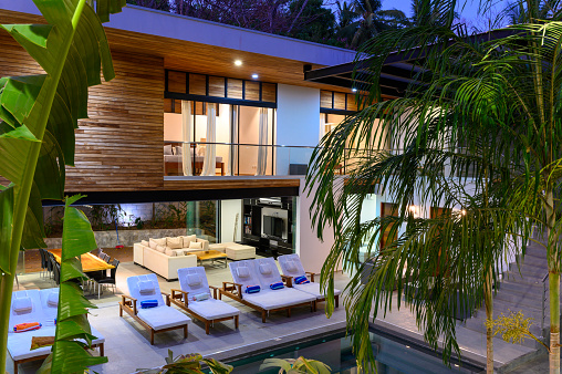 Resort Swimming Pool「Modern luxury home at dusk」:スマホ壁紙(19)