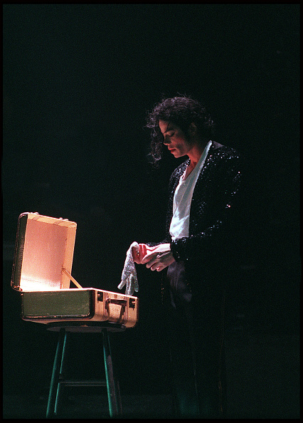 Dave Hogan「Michael Jackson on stage performing during the 'Heal the World Tour'...」:写真・画像(11)[壁紙.com]