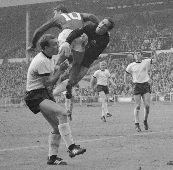 England「Cup Final Tackle」:写真・画像(10)[壁紙.com]