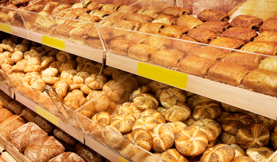 Bakery「Various breads sitting on a large shelf」:スマホ壁紙(5)