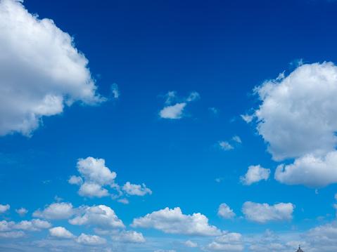 Cumulus Cloud「Clouds in a bright blue sky」:スマホ壁紙(14)