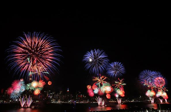 花火「Fireworks Burst Over New York City On Fourth Of July」:写真・画像(1)[壁紙.com]