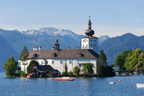 Salzkammergut「Austria, Gmunden,View of Ort castle and Traunsee Lake」:スマホ壁紙(1)