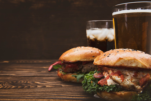 Barbecue Beef「Tasty burgers on wooden table」:スマホ壁紙(5)