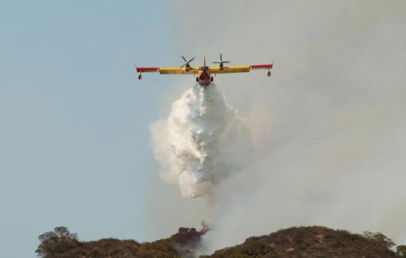 David McNew「Firefighters Battle Blaze Near Los Angeles」:写真・画像(3)[壁紙.com]