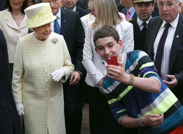 Photography Themes「Queen Elizabeth II And Duke Of Edinburgh Visit Northern Ireland」:写真・画像(1)[壁紙.com]