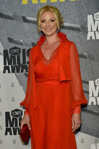 Katherine Heigl「2017 CMT Music Awards - Red Carpet」:写真・画像(15)[壁紙.com]