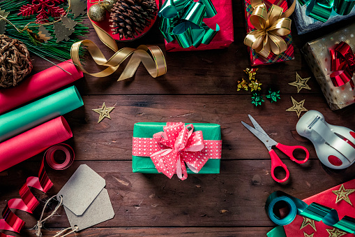 Christmas Paper「Top view of Christmas wrapping accessories and finished gift box. Christmas themes.」:スマホ壁紙(11)