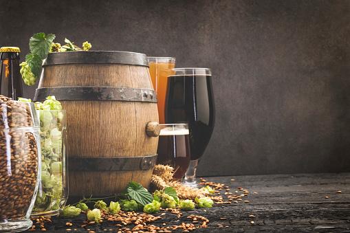 Tasting「Beer surrounded by hops on wooden background」:スマホ壁紙(10)