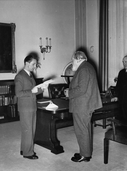 Financial Figures「Joseph Goebbels awards the Austrian Composer Josef Reiter with the Goethe Medal and reads out a telegram by Adolf Hitler. Austria. Photograph. January 19th, 1937. (Photo by Imagno/Getty Images) Reichsminister Josef Goebbels überreicht dem österreichische」:写真・画像(16)[壁紙.com]