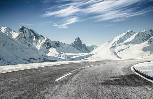 Mountain Road「empty asphalt road leading towards snow mountains」:スマホ壁紙(2)