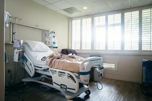 Bad Condition「Empty hospital bed near sunny window」:スマホ壁紙(9)