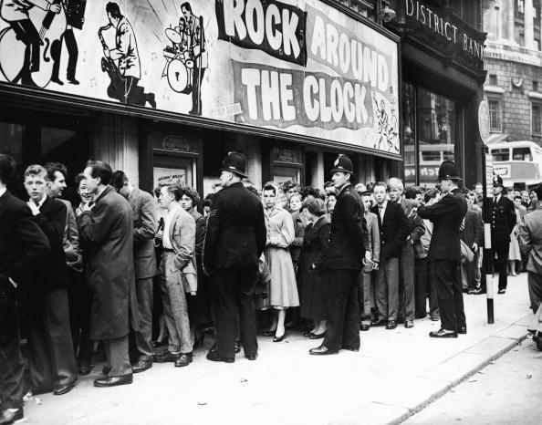 Rock Music「Crowds Gather To See 'Rock Around The Clock'」:写真・画像(15)[壁紙.com]