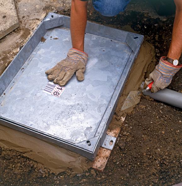 Cast Iron「Installing a manhole cover over the drain」:写真・画像(2)[壁紙.com]
