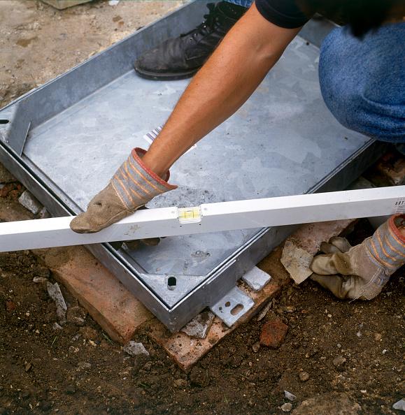 Cast Iron「Installing a manhole cover over the drain」:写真・画像(11)[壁紙.com]