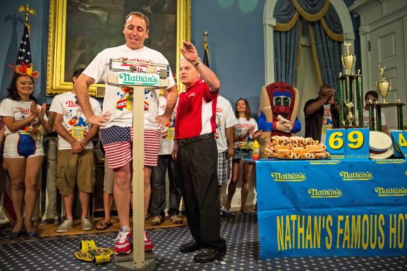 Nathan Burton「NYC Mayor De Blasio Hosts Nathan's Hot Dog Eating Contest Weigh In Ceremony」:写真・画像(12)[壁紙.com]