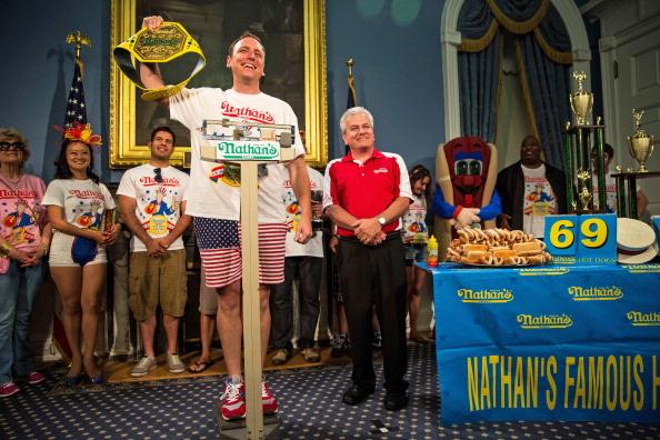 Nathan Burton「NYC Mayor De Blasio Hosts Nathan's Hot Dog Eating Contest Weigh In Ceremony」:写真・画像(10)[壁紙.com]