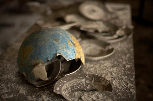 Deterioration「Broken globe in the ruins of Chernobyl」:スマホ壁紙(11)